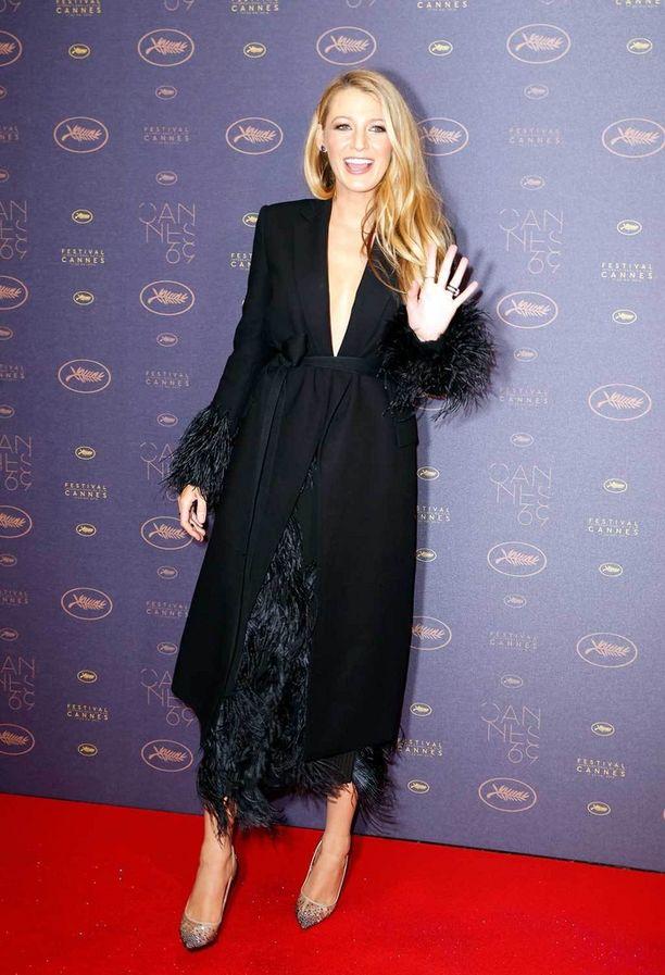 Avajaispäivän illallisille Blake valitsi höyhenkoristeisen Salvatore Ferragamon mekon.