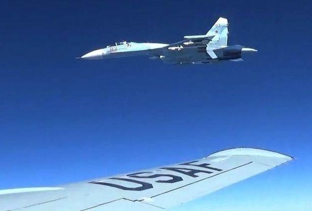 Aseistettu venäläinen hävittäjä Su-27 lähestyi Yhdysvaltain RC-135-tiedustelukonetta nopeasti vain viiden jalan eli puolentoista metrin etäisyydelle.