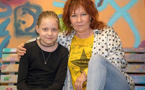 """Virve Rosti ja lapsenlapsi Ebba esiintyvät yhdessä musikaalissa - ensi-ilta tänään: """"Tämä on meidän yhteistä aikaamme!"""""""