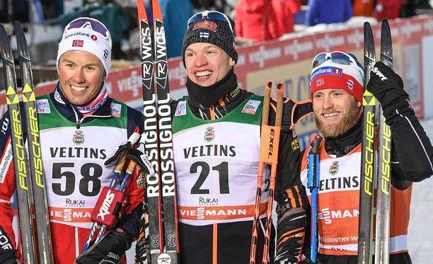 Martin Johnsrud Sundby (oik.) oli sunnuntaina kolmas. Kuvassa keskellä voittaja Iivo Niskanen ja Emil Iversen.