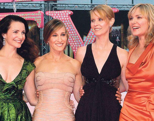 VAATIVAT Brittitutkijoiden mukaan Sinkkuelämää-filmin naisnelikko symboloi uutta naiskuvaa, jonka kanssa nuorukaiset ovat helisemässä.