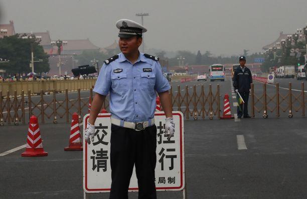Kiinalaispoliisi seisoi vartiossa Tiananmenin aukiolla tiistaina.