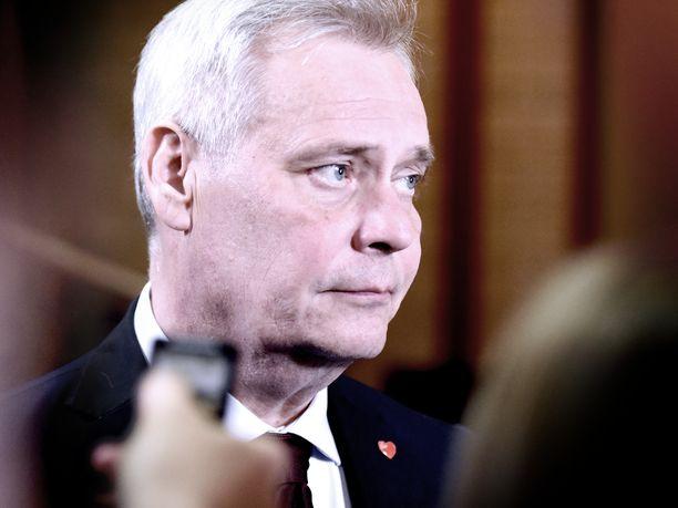 Hallitusneuvottelija Antti Rinne (sd) kuunteli toimittajien kysymyksiä poistuessaan sunnuntaina Säätytalosta.