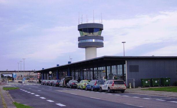 Poliisi evakuoi Roskilden lentokentän maanantaina.