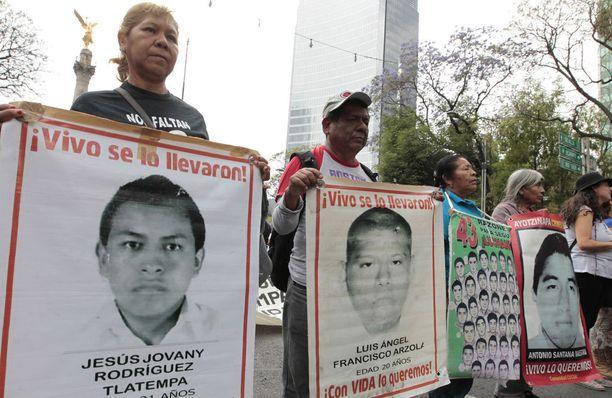 Kadonneiden opiskelijoiden omaiset ovat protestoineet näyttävästi useita kertoja Meksikossa.
