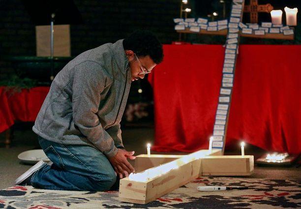 Yliopiston opiskelija sytytti kynttilä kampukselle.