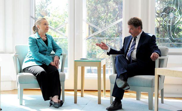 Ulkoministeri Hillary Clinton tapasi Helsingissä mm. presidentti Sauli Niinistön. Ei kannata ylitulkita sitä, ettei Niinistö saanut vielä kutsua Valkoiseen taloon.
