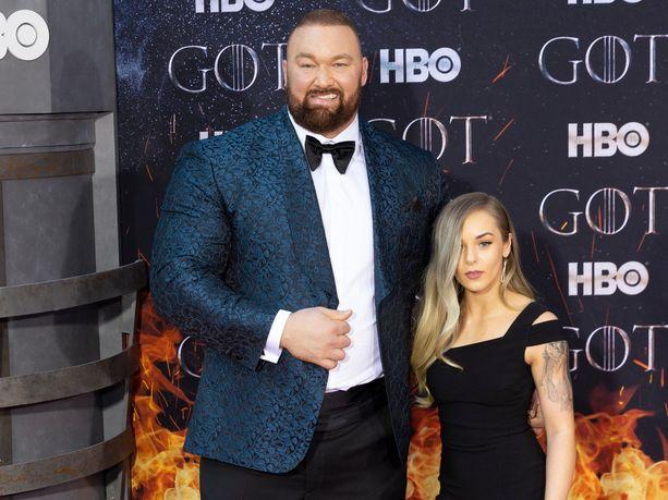 Hafþór Júlíus Björnsson on lähes 50 senttiä pidempi kuin vaimonsa Kelsey Henson.