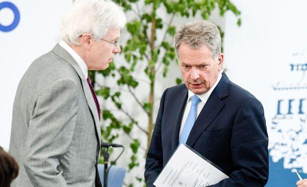Tasavallan presidentti Sauli Niinistö ja talouden nobelisti Bengt Holmström keskustelivat Kultarannassa tulevaisuuden haasteista.