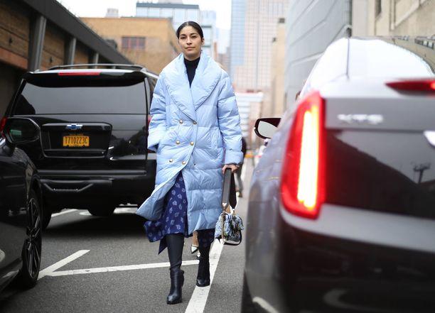 Caroline Issan taivaansininen takki sointuu kauniisti muuhun asuun. Hameessa tarkenee talvellakin, kun päällä on pitkä toppatakki!