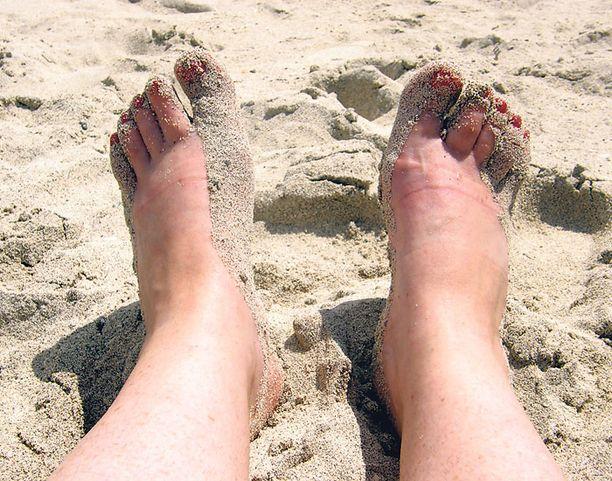 Patikkapäivän jälkeen varpaat nauttivat rantahiekasta.