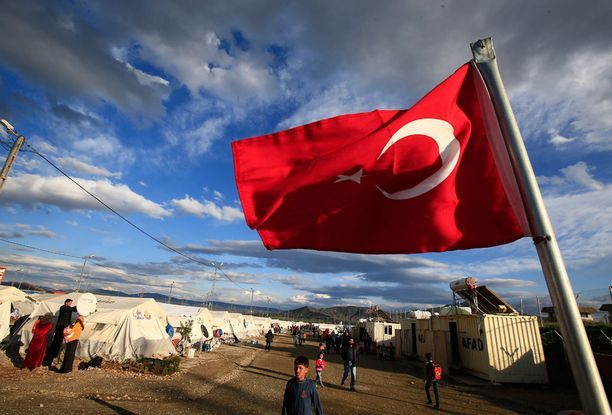 Turkin lippu liehuu syyrialaispakolaistemn leirissä Islahiyen kaupungissa Turkissa.