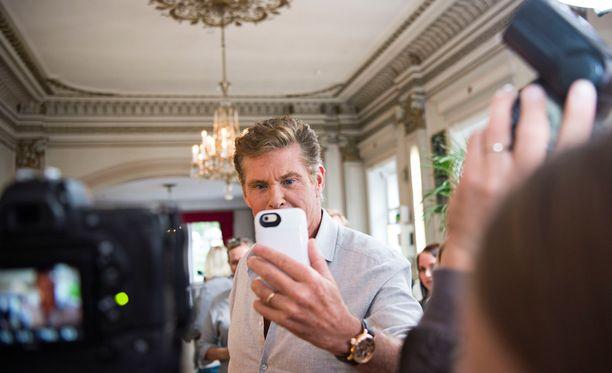 Sosiaalisen median mahdollisuuksista innostunut Hasselhoff kuvasi pressitilaisuuden suorana Facebookiin.