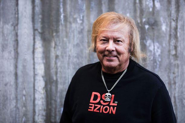 Danny on yksi Suomen tunnetuimmista laulajista. Hän on auttanut uran alkuun monia aloittelevia laulajia.