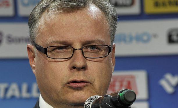 Jukka-Pekka Vuorinen välitti suru-uutisen laivan vieraille.