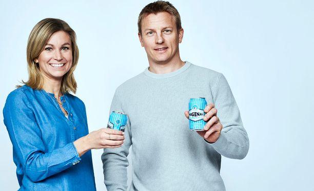 Hartwallin tuotepäällikkö Eeva Ignatius lonkeron uuden mainoskasvon Kimi Räikkösen kanssa.