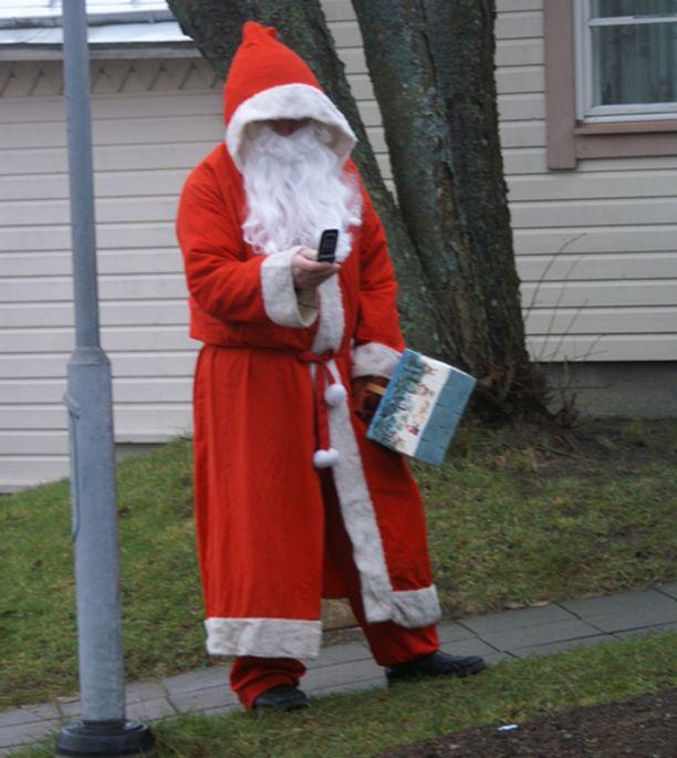 Joutuuko joulupukki soittamaan taksin, kun lunta ei ole rekeä varten?