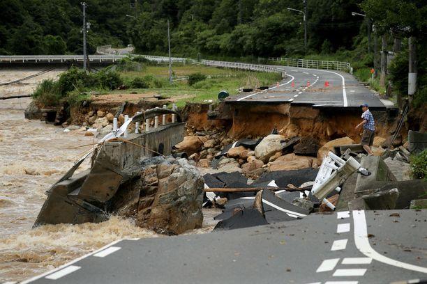 Myös teitä on sortunut sateiden takia. Tämä kuva on otettu Higashihiroshimassa.