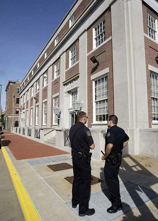 Poliisit seisoivat vartiossa Paducahin oikeustalon edustalla Kentuckyssa maanantaina.