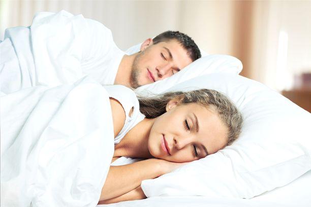 Positiiviset rakkaussuhteet parikymppisenä voivat tuoda paremman unen nelikymppisenä, väittää tutkimus.