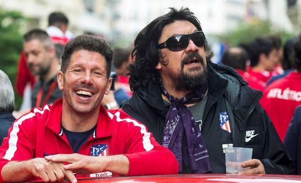 Olisivatko Atleticon valmentajat Diego Simeone (vasemmalla) ja German Burgos niin juhlahumussa, että löysäävät joukkueen puolustusvaatimuksista?