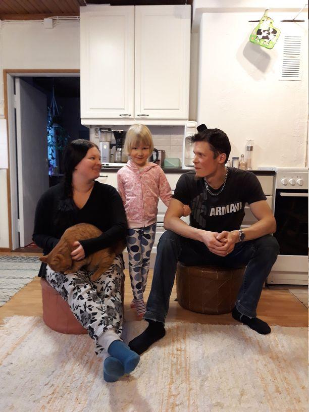 Mari Piira ja Joonas Hakkarainen asuvat Osikonmäessä 4-vuotiaan Tuuli-tyttärensä kanssa. Kuvassa myös Miiru-kissa.