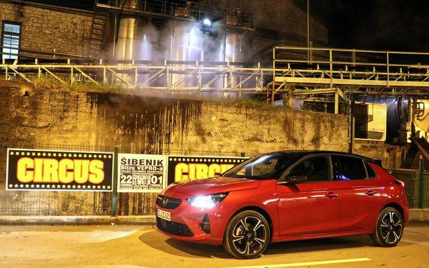 Opel Corsan ulkoinen muoto on moderni ja tyylikäs ja keulalla välkkyvät kirkkaat ledit.
