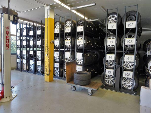 Käräjäoikeuden mukaan vanteet ovat usein arvokkaampia kuin renkaat. Tuhannen euron korvaussumma rengassarjaa kohden on siksi oikein laskettu. Kuvituskuva hyvin järjestetystä rengashotellista.