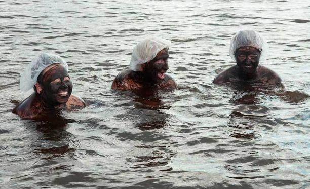 Ihanat turvetytöt Höytiäisen rannalla.