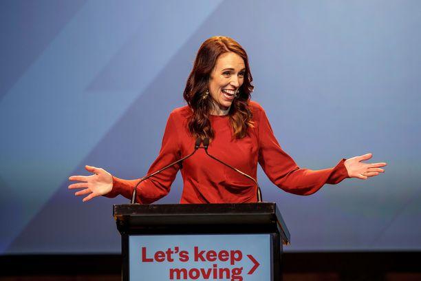 Uuden-Seelannin pääministeri on saanut sekä kansainvälistä suitsutusta että kritiikkiä maan erittäin tiukoista koronarajoituksista.