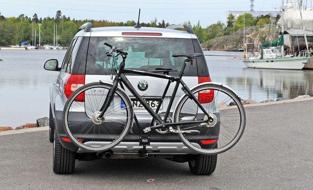 Huono polkupyöräteline peittää auton rekisterikilven, takavalot ja vilkut.