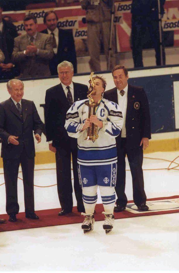 Vihdoin! Leijona-kapteeni Timo Jutila kohotti Suomen ensimmäisen MM-pokaalin Tukholman Globenissa 7. toukokuuta 1995.