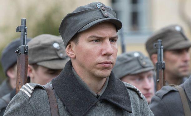 Aku Hirviniemi Tuntemattoman sotilaan kuvauksissa lokakuussa.
