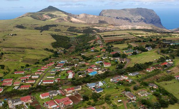 Saarella on noin 4 200 asukasta. Pääkaupunki on Jamestown.