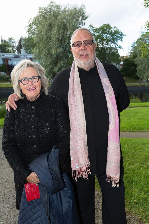 Oopperalaulaja Matti Salminen vaimoineen.