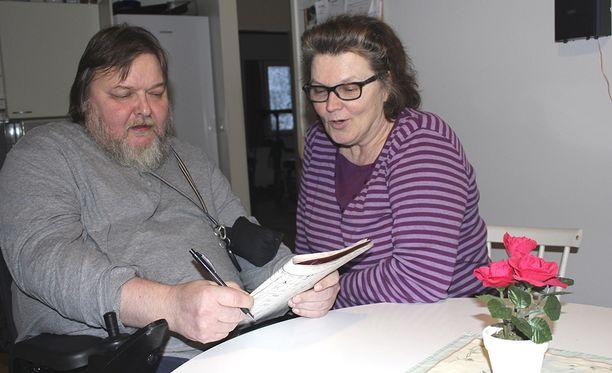 Ari Järvenpää ja henkilökohtainen avustaja Hilkka Huhtala täyttävät mielellään yhdessä ristisanoja.