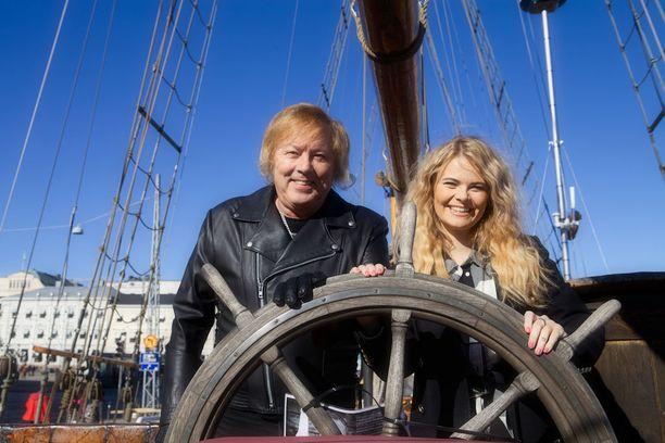 Danny ja Erika, maan puhutuin pari, kuunari Kathrinalla Helsingin Kauppatorin rannassa.