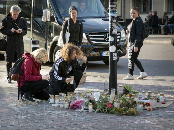 Asema-aukiolla Helsingin keskustassa muistettiin vastarintaliikkeen mielenosoituksessa pahoinpideltyä ja myöhemmin kuollutta nuorta miestä.