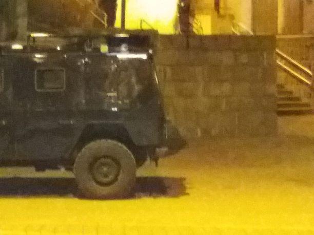 Poliisipartio suojasi työskentelynsä valkoisella peitteellä Korppaanmäentiellä.