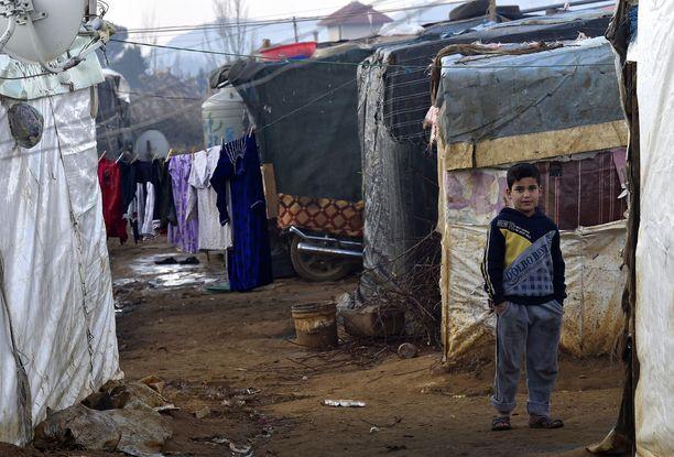 Syyrialaispoika seisoi talvella nyt tuhoutuneet Qab Elias -leirin telttojen edustalla.