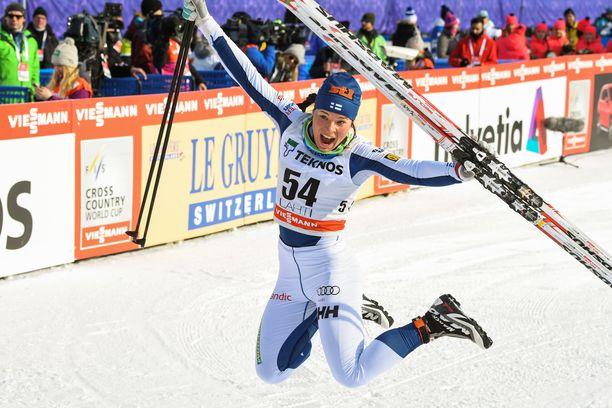 Krista Pärmäkoski juhli voittoaan Salpausselän maailmancupkisassa viime keväänä.