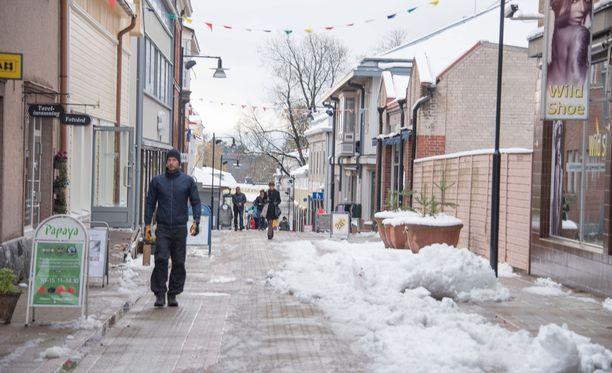 Tammisaaren keskusta oli torstaiaamupäivänä paikoin kinosten peitossa. Onnettomuushetkellä sää alueella oli viranomaisten mukaan huono.