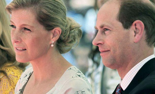 Kreivitär Sophie ja prinssi Edward ylistivät joulukortissaan Suomen lumista talvea.