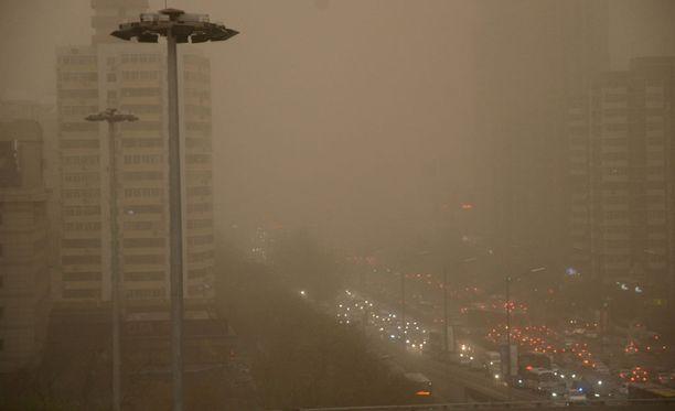 Hakukomitean mukaan Pekingissä on poistettu käytöstä yli miljoona korkeapäästöistä autoa vuoden 2008 jälkeen, mutta siitä huolimatta saastepilven seassa soljuva liikenne on vilkasta.