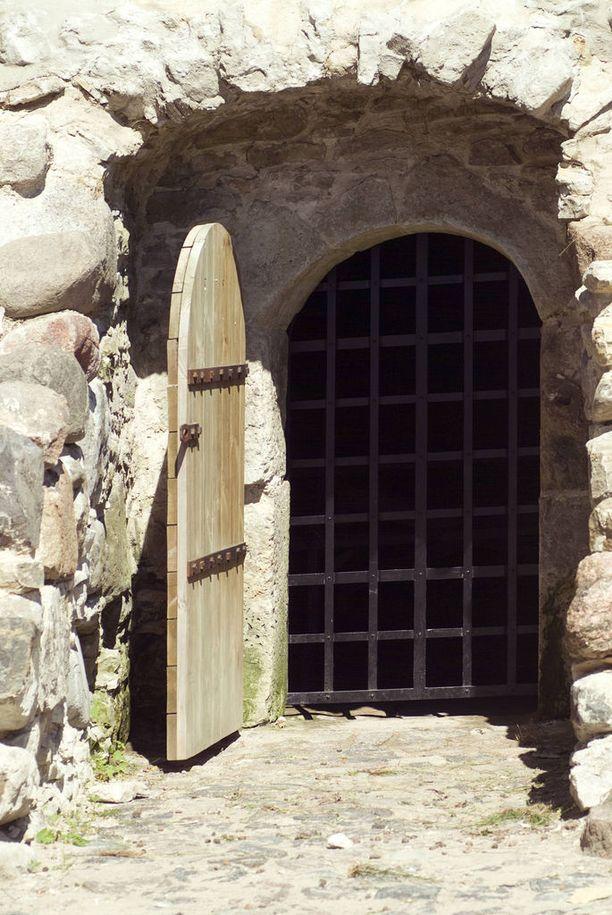 Kellarin oveen on laitettu kalterit.