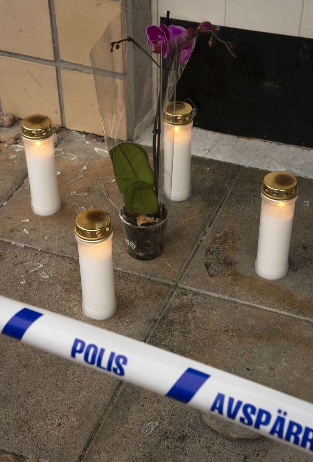 Naapurit hälyttivät poliisit asunnolle kaksi kertaa murhayön aikana. Syyksi ilmoitettiin asunnosta kantautunut meteli.