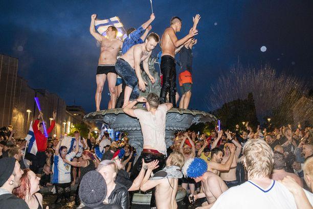 Torilla ei tavata. Kokoontumisrajoitukset lienevät voimassa vähintään kesään asti, ja siksi toisekseen jääkiekkoilun MM-kisoja ei edes järjestetä. Kuva vuoden 2019 juhlinnasta Tampereen Keskustorilta.
