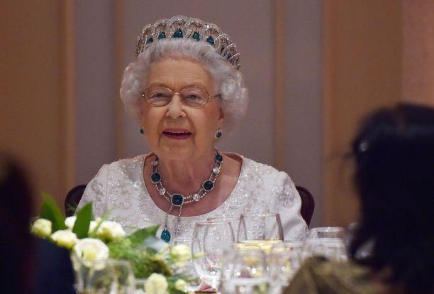 Kuningatar Elisabet herkuttelee suklaalla. Suosikkiaamiainen koostuu teestä ja muroista.