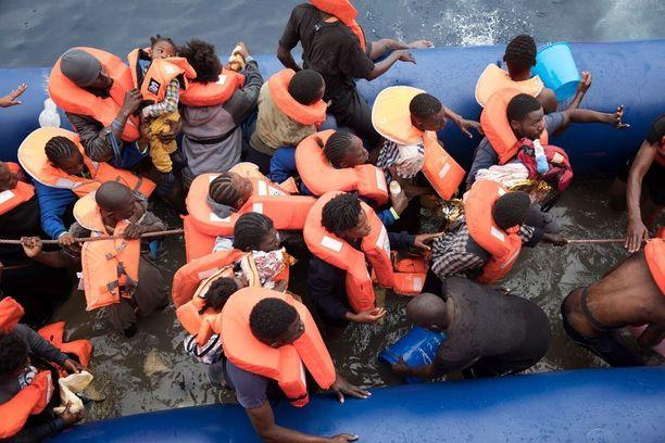 Monet salakuljettajat ovat siirtyneet käyttämään kumiveneitä, minkä johdosta yhä useammat pakolaiset ovat vaarassa hukkua.