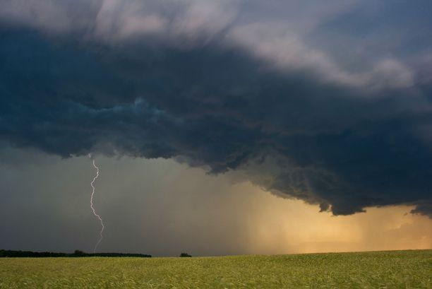 Säässä tapahtuu tänään muutos. Sade- ja ukkoskuuroja tulee Itä- ja Pohjois-Suomeen iltaan mennessä.